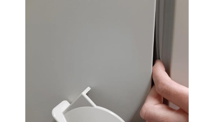 冷凍庫の扉のパッキンに指を入れる